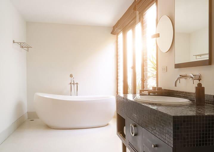 badezimmer-bad-badewanne-weiß-gold