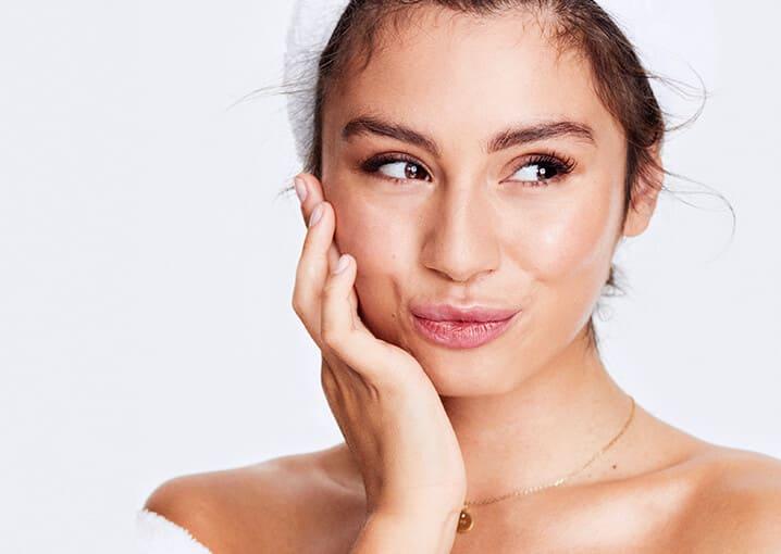 beauty-lift-serum-gesichtspflege-schaebens-camellia-japonica-blüte-tetrapeptid-falten-filter-spannkraft-hautglättung-hautelastizität-glättung-straffung-pflege-faltenreduktion-milena-favorit-milenalesecret-anwendung-portrait