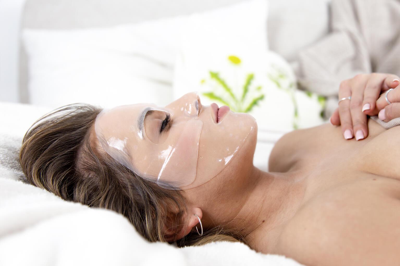 schaebens-nela-beautytipps-hyaluron-hydrogel-maske-anwendung