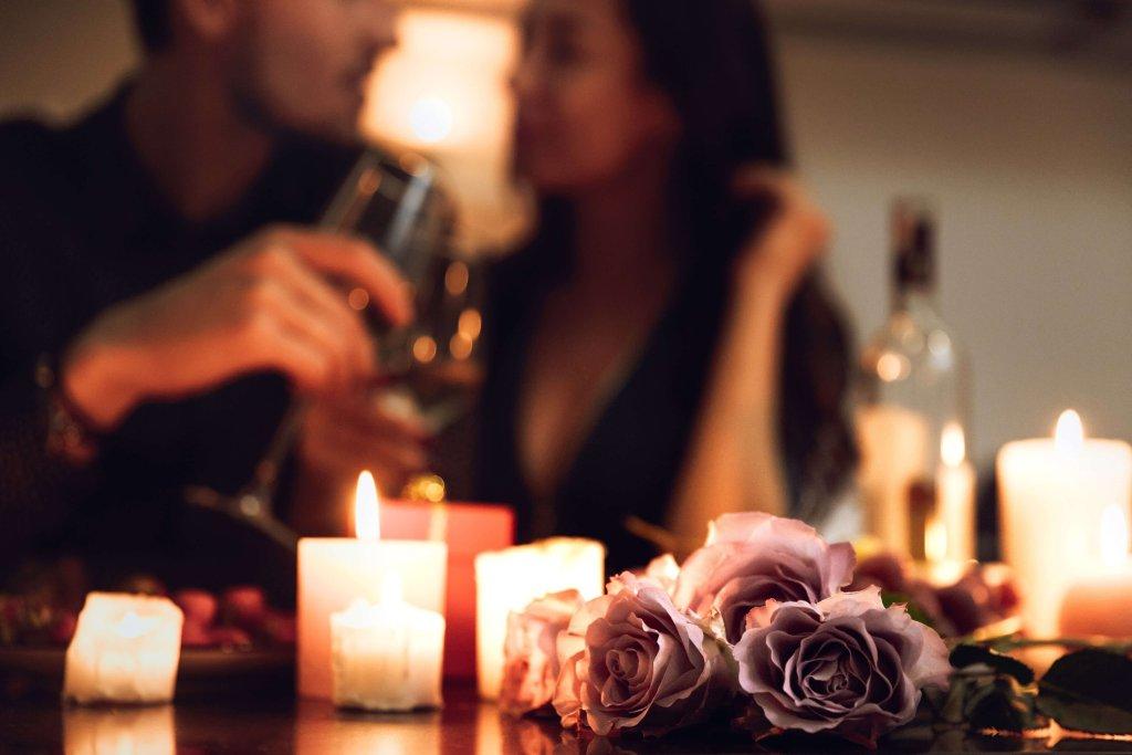schaebens-zweisamkeit-date-ideen-dunkel-restaurant-paar