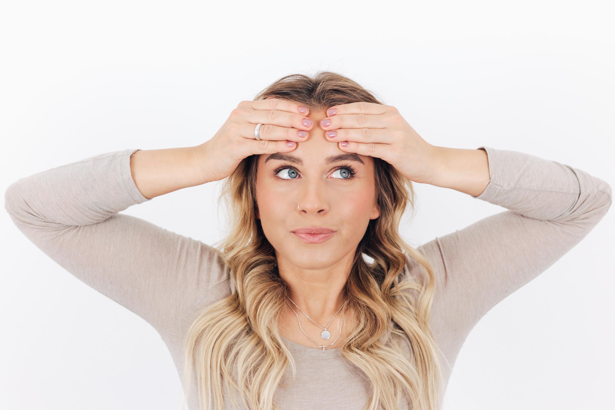schaebens-nelas-beautytipps-face-yoga-position